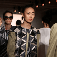 Crisp, clean and effortless, Peter Som's Spring/Summer 2015 collection is all about the clash between girly-feminine and pop grunge both in his clothing, look and accessories. Watch the collection today.
