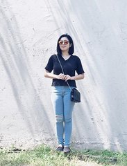 Today's allies ✨A cozzzy black top (breezy under the scorching sun in all fairness 💕): @foxycherryshop | Chick Calgary jeans: @thedollhouseshop | Striking Sunnies: @wearvintageph | Black Easy Bag: @somethingborrowed_official @zaloraph 💖#clozette #ootd #micaordinates #pilipinasootd @pilipinasootd