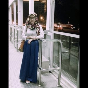 Waiting for bus. Always stripes. And flowers' everywhere. Late nite going home.  #GoDiscover #stripes #hijabootd #ClozetteID #clozetteid #flower #HitnRun #hijaboftheday